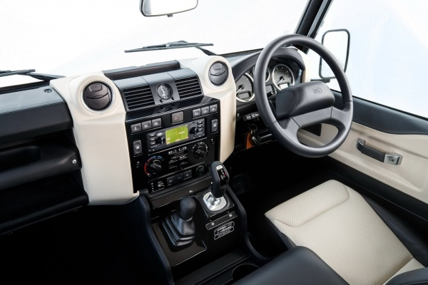 ภายในห้องโดยสารสุดขั้วความวินเทจของ Land Rover Defender Works V8