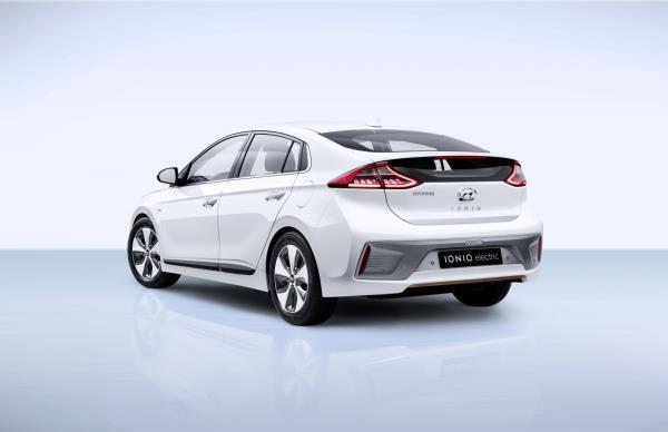Hyundai IONIQ EV มุมมองด้านหลัง