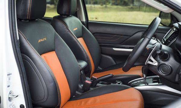 เบาะนั่งด้านหน้าตกแต่งด้วยสีส้มพร้อมสัญลักษณ์ Athlete