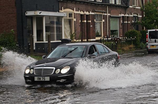 ไม่ควรขับรถลุยน้ำที่เป็นหลุม