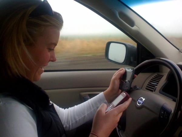 ไม่ควรใช้โทรศัพท์ในขณะขับรถ