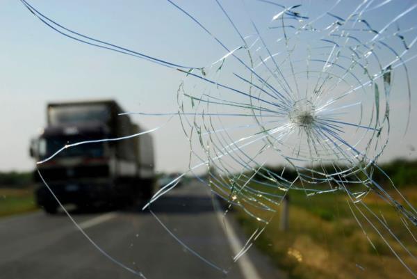 กระจกหน้ารถแตก