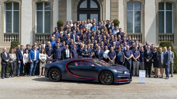 ถ่ายภาพแห่งความภูมิใจของพนักงานกับ Bugatti Chiron คันที่ 100