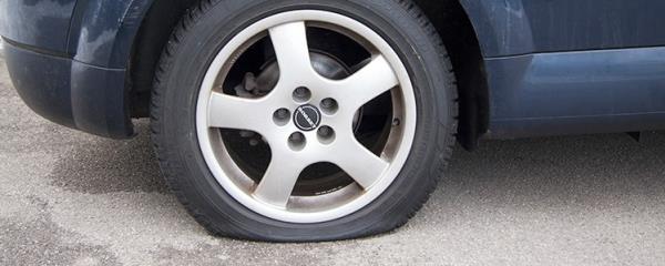จอดรถในพื้นที่ผิวถนนเรียบๆ เป็นเวลานานๆ ทำให้ยางรถยนต์เสียทรง