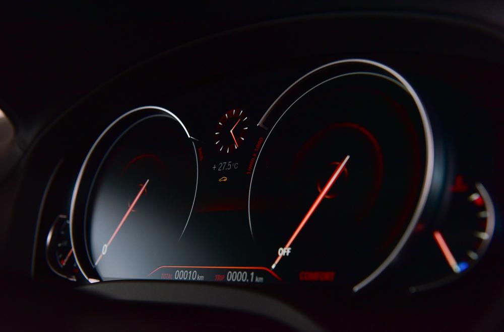 หน้าจอแดชบอร์ดแบบ MID (Multifuntional Instrument Display) ขนาดใหญ่แสดงการตั้งค่าระบบต่างๆภายในรถอย่างคมชัด
