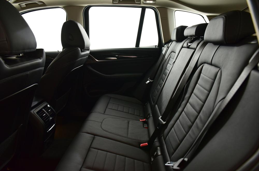 BMW X3 xDrive 20d xLine 2018 เพิ่มความหรูด้วยเบาะหนังแบบ Dakota โดยเบาะด้านหน้าปรับไฟฟ้า ส่วนด้านหลังปรับพับได้แบบ  40:20:40 พร้อมพนักพิงศีรษะปรับระดับได้ 3 ตำแหน่ง