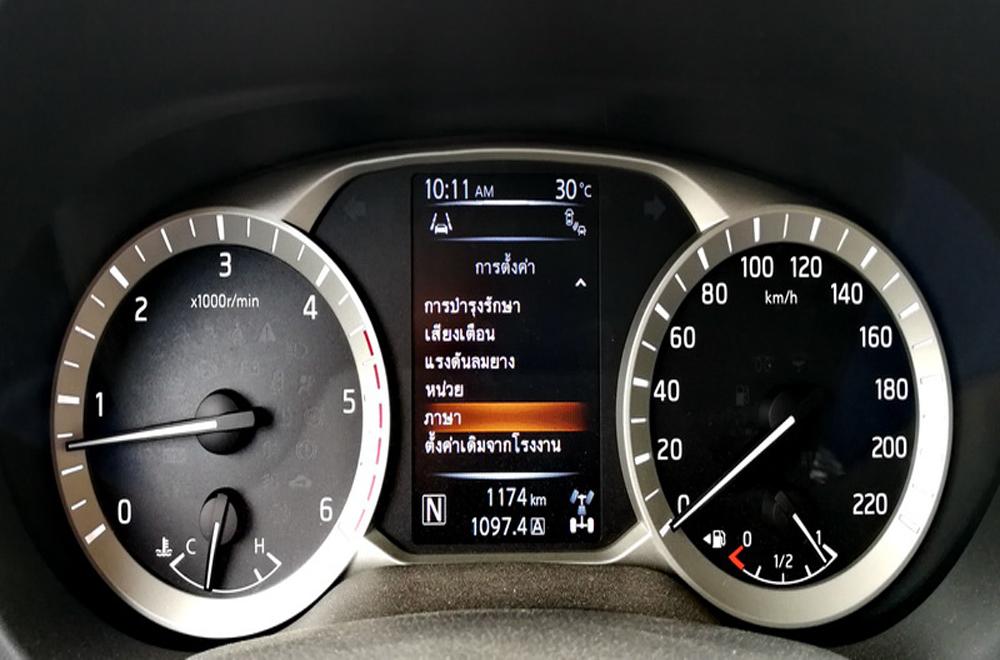 Nissan Terra ติดตั้งจอแสดงผลข้อมูลการขับขี่แบบ MID พร้อมด้วยมาตรวัดแบบเรืองแสงสามารถปรับตั้งค่าได้ 2 ภาษา ไทย และ อังกฤษ
