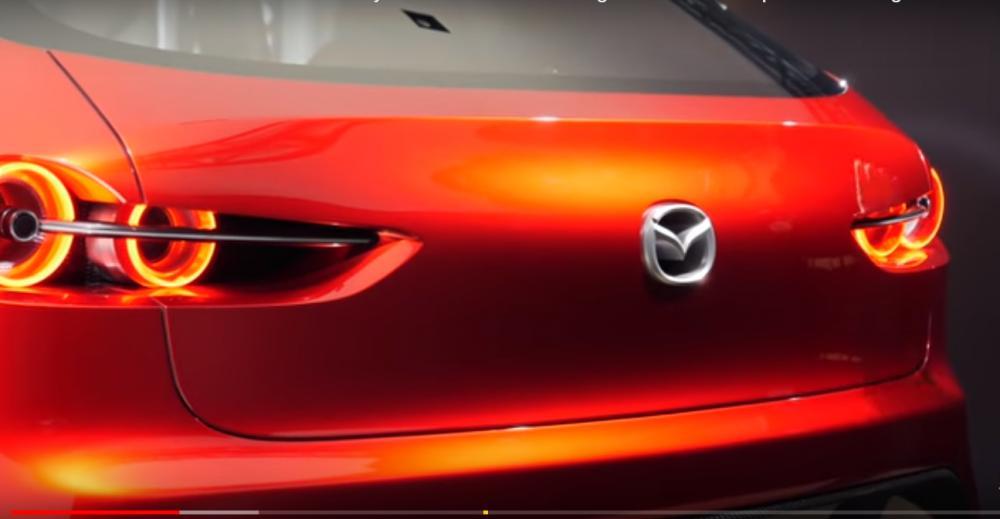 ส่วนท้ายมีลูกเล่นลาดโค้งลงมาที่สัญลักษณ์ Mazda