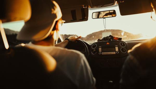 ขับรถยนต์ท่ามกลางแสงแดด