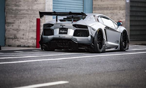 Lamborghini Aventador ติดตั้งสปอยเลอร์ด้านหลังสีดำ