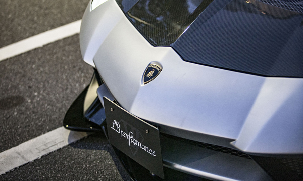 เหนือกันชนด้านหน้าติดตั้งสัญลักษณ์ Lamborghini