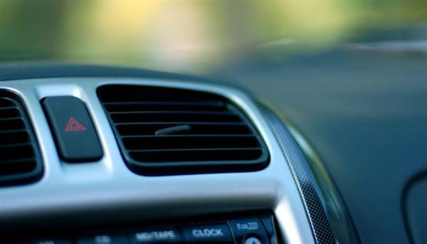 เปิดแอร์และเปิดเครื่องเสียงขณะจอดรถ