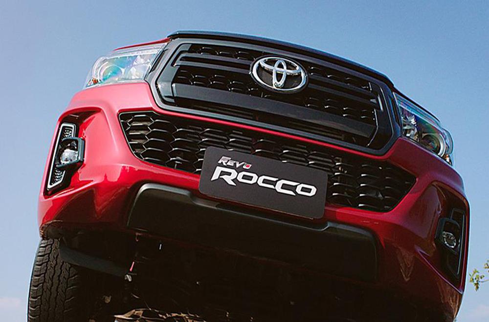Toyota Hilux Revo Rocco ได้รับการติดตั้งกระจังหน้าสีทูโทนเทา-ดำเงา กันชนหน้าสีเดียวกับตัวรถ กระจกมองข้างสีดำเมทัลลิกปรับและพับด้วยไฟฟ้าพร้อมไฟเลี้ยวในตัว