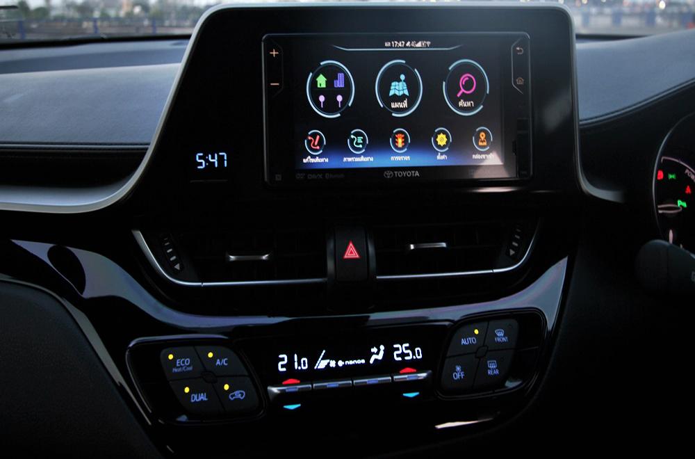 Toyota C-HR 2018 ให้ความผ่อนคลายด้วยระบบอินโฟเทนเมนท์บนหน้าจอระบบสัมผัสขนาด 7 นิ้ว พร้อมฟังก์ชั่นเครื่องเล่น DVD และ ช่องเชื่อมต่อ USB