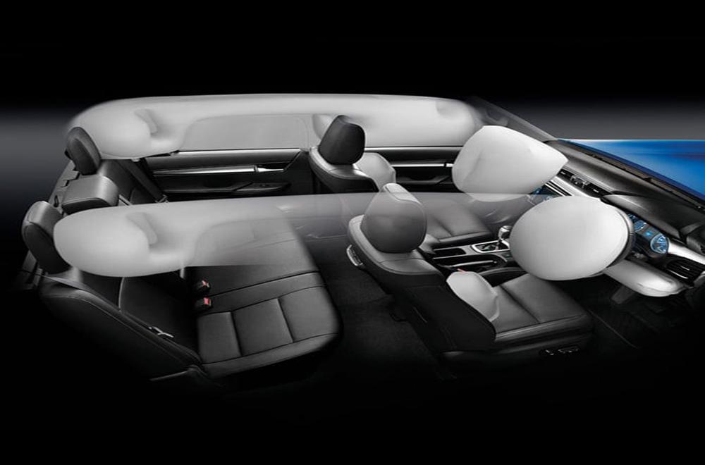 Toyota Hilux Revo Rocco ติดตั้งฟีเจอร์ความปลอดภัยสุดครบครัน เช่น สัญญาณกันขโมยและระบบกุญแจ Immobilizer กล้องมองภาพขณะถอยจอด ถุงลมนิรภัย 3 ตำแหน่ง
