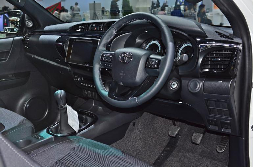 Toyota Hilux Revo Rocco อัดแน่นไปด้วยฟีเจอร์พื้นฐานภายในอย่างเต็มเหนี่ยวด้วยพวงมาลัยหุ้มหนังตกแต่งด้วยแถบสีดำเมทัลลิกปรับระดับได้ 4 ทิศทาง พร้อมสวิทช์ควบคุมเครื่องเสียง-หน้าจอ Mid บนพวงมาลัย