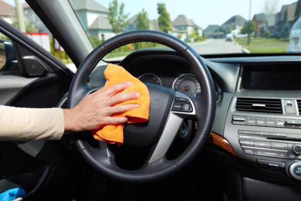 การใช้ผ้าในการเช็ดทำความสะอาดภายในรถยนต์
