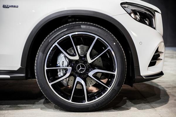 ล้ออัลลอย ออกแบบแนวสปอร์ตจาก AMG แบบ 5 ก้านคู่  มีขนาด 21 นิ้ว ดิสก์เบรกแบบมีช่องระบายความร้อน คาลิปเปอร์เบรกสีเทาพร้อมสัญลักษณ์ AMG และระบบกันสะเทือนแบบ AMG Sports Suspension Based on AIR BODY CONTROL พร้อมการปรับแต่งแบบ AMG sports