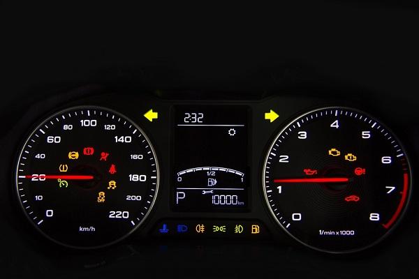 มาตรวัดความเร็วขนาดใหญ่อ่านค่าตัวเลขได้สบายตาและง่าย   คั่นกลางด้วยหน้าจอแสดงข้อมูลการขับขี่