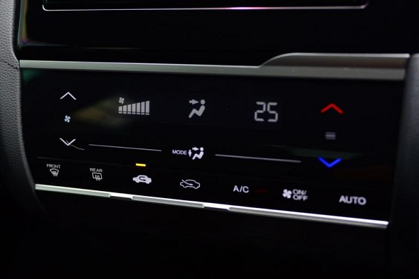 ระบบปรับอากาศอัตโนมัติสั่งงานด้วยการสัมผัสไปที่แผงควบคุม ปุ่มสตาร์ตเครื่องยนต์ ถือว่าออฟชั่นที่ต้องมีขาดไม่ได้สำหรับรถยนต์รุ่นใหม่ในปัจจุบัน