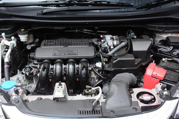 เครื่องยนต์ของ Honda Jazz RS Plus เป็นเครื่องยนต์เบนซินแถวเรียงแบบ 4 สูบ 16 วาล์ว i-VTEC ขนาด 1.5 ลิตร
