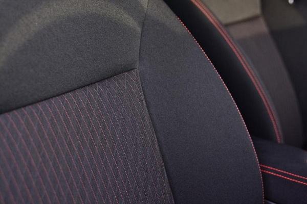การออกแบบเบาะผ้าสีดำตกแต่งเย็บเดินตะเข็บด้วยด้ายสีส้ม