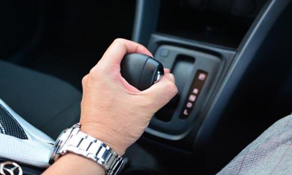 จอดรถติดไฟแดงสามารถเข้าเกียร์ N แล้วดึงเบรคมือได้
