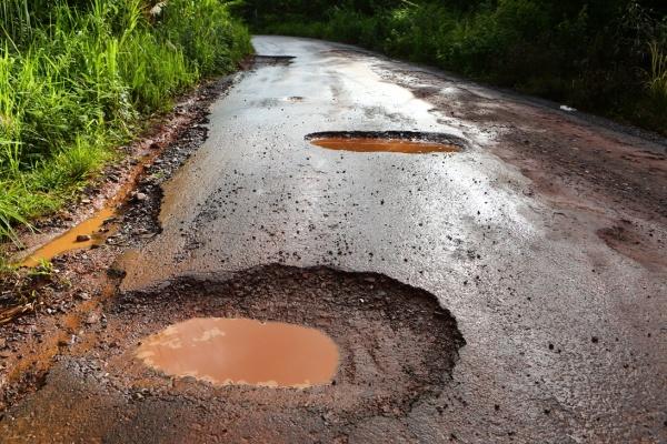 ระวังแอ่งน้ำบนถนน