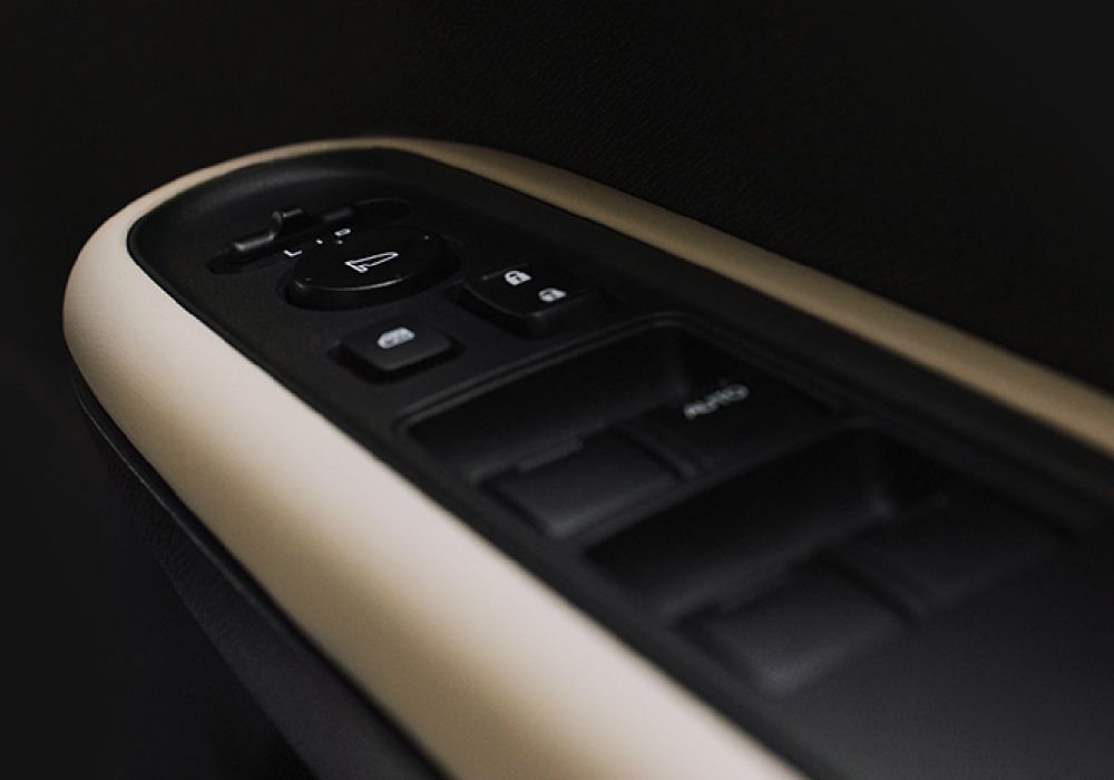 ภายในเป็นเบาะผ้าสีเบจ ส่วนรุ่น RS จะให้สีดำ
