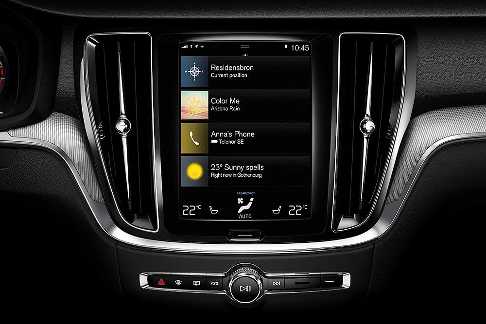 แบบสแกนดิเนเวียนที่ให้ความรู้สึกผ่อนคลาย สบายตา โดยการควบคุมอุปกรณ์ส่วนใหญ่จะสั่งการผ่านหน้าจออินโฟเทนเมนต์ อีกทั้งยังรองรับ Apple CarPlay และ Android Auto
