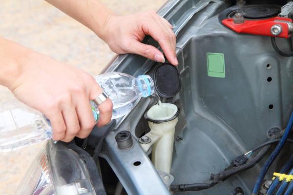 การเติมน้ำสะอาดให้กับหม้อน้ำรถยนต์