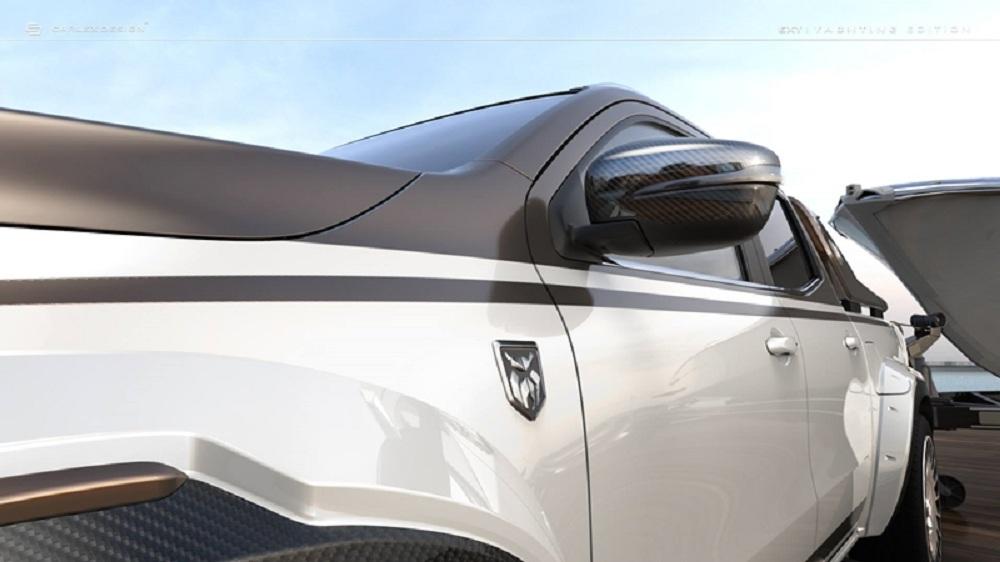 ตัวรถคาดสติ๊กเกอร์ดำพร้อมสัญลักษณ์ Yachting Edition