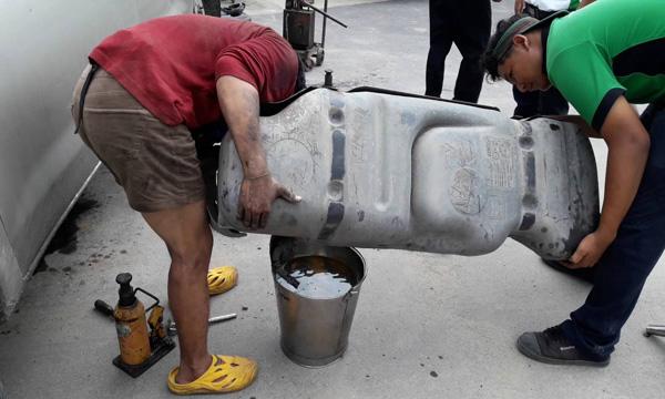 นำน้ำมันที่เติมผิดออกให้หมดเสียก่อนเติมน้ำมันเข้าไปใหม่อีกครั้ง