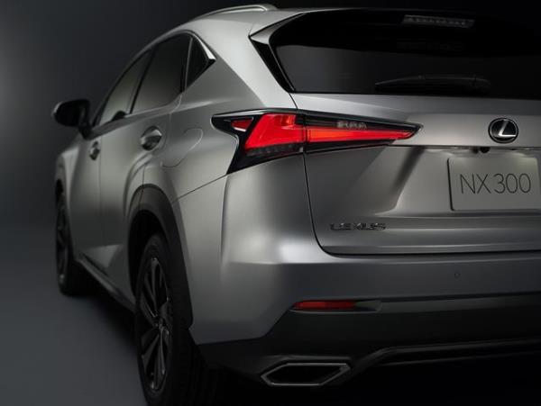 ส่วนท้ายของ Lexus NX300h 2018
