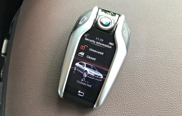 กุญแจที่มีหน้าจอขนาดเล็กแสดงผลของรถยนต์แม้อยู่ในระยะไกล