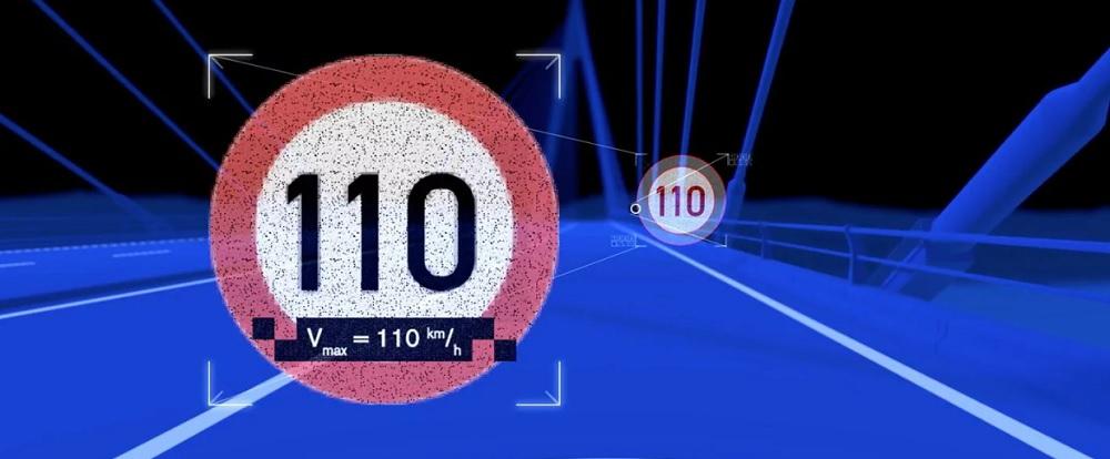 จอแสดงผล Head-up display แสดงข้อมูลที่สำคัญให้แก่คนขับโดยข้อมูลจะปรากฏขึ้นที่ระยะประมาณ 2  เมตรที่ด้านหน้ารถ