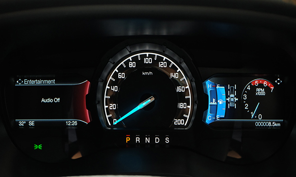 แดชบอร์ดแสดงผลการขับขี่แบบจอสี TFT
