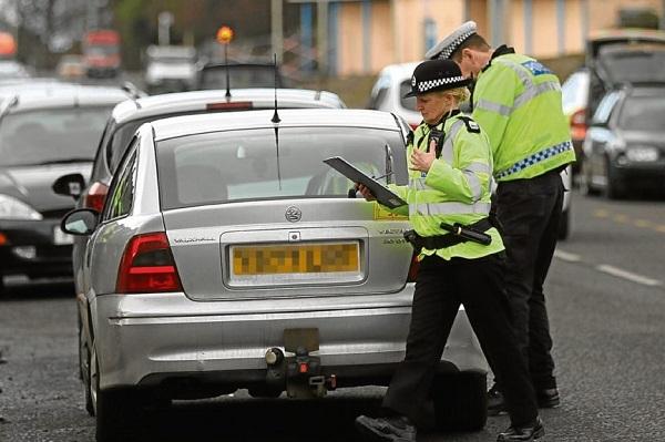 เจ้าที่ตำรวจเรียกตรวจใบอนุญาตขับขี่รถยนต์