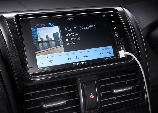 เครื่องเล่นวิทยุ DVD/CD/MP3/WMA นั้นมีหน้าจอสัมผัสขนาด 7 นิ้ว พร้อมกับมีระบบเชื่อมต่อแบบไร้สาย Bluetooth และช่องต่อ USB และ AUX เเละสวิตซ์ควบคุมเครื่องเสียง