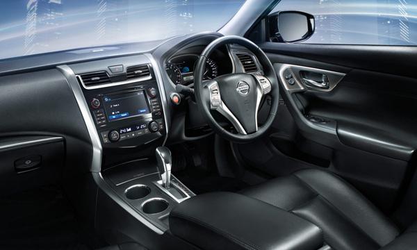 Nissan Teana ตกแต่งภายในด้วยสีดำพร้อมวัสดุสีเงินสุดทันสมัย