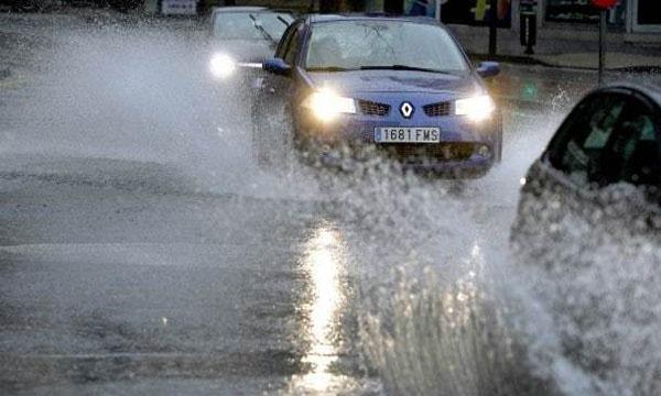 ขับรถอย่างไรให้ปลอดภัยในขณะที่ฝนตก
