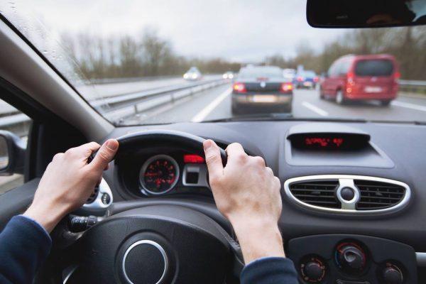 การเหยียบคันเร่งในการขับขี่รถยนต์