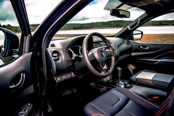เส้นสายการออกแบบภายในของ Nissan Navara Dark Sky