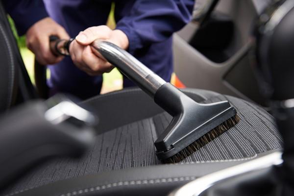 การทำความสะอาดภายในรถก่อนการกำจัดกลิ่นไม่พึงประสงค์