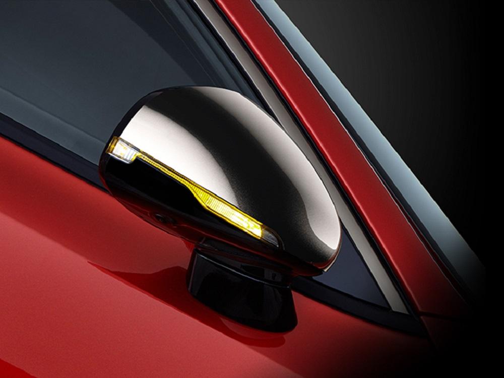 กระจกมองข้างดีไซน์โฉบเฉี่ยวโดดเด่นด้วยสีดำเงา พับเก็บและปรับด้วยระบบไฟฟ้า