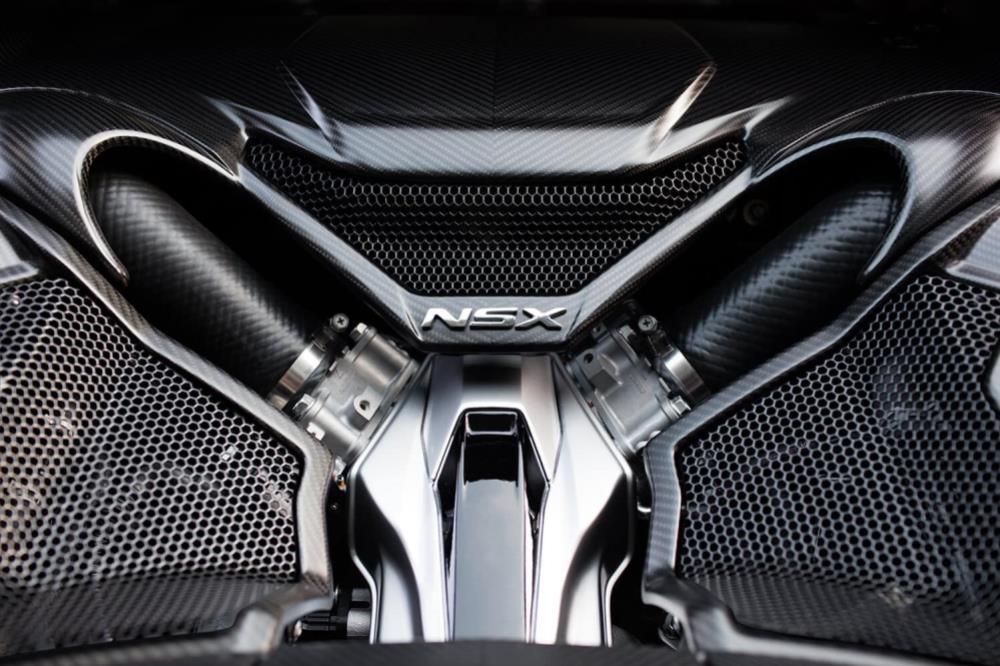 เครื่องยนต์แบบ วี 6 สูบ 3.5 ลิตร เทอร์โบคู่ วางกลางลำ ร่วมกับเทคโนโลยี  Sport Hybrid SH-AWD® จับคู่กับเกียร์คลัตช์คู่ 9 สปีด