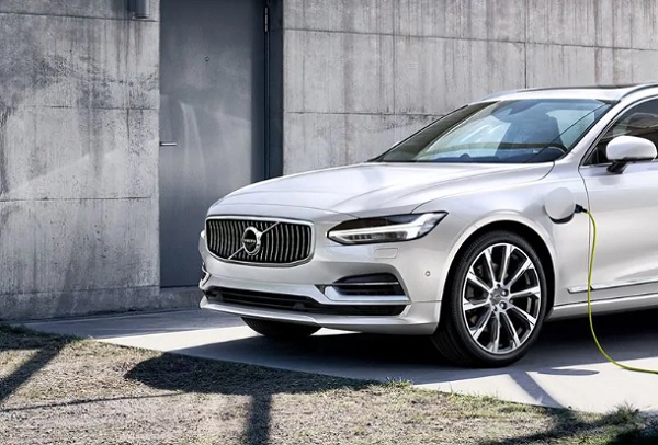 Volvo S90  มาพร้อมกับเครื่องยนต์ T8 Twin AWD ซึ่งเป็นเทคโนโลยีไฮบริดแบบปลั๊กอินที่มีประสิทธิภาพดีเยี่ยม และเครื่องยนต์เบนซินสมรรถนะสูง