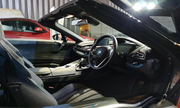 BMW i8 Roadster 2018 ตกแต่งภายในด้วยโทนสีดำและวัสดุ Dry Carbon