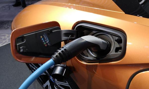 BMW i8 Roadster ชาร์จไฟผ่าน BMW i Wallbox ได้ 80 เปอร์เซ็นต์ ภายใน 2 ชั่วโมง