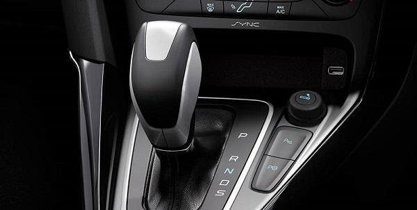 การออกแบบและวัสดุที่สวยงาม พวงมาลัยและหัวเกียร์หุ้มหนังเพิ่มความหรูหราให้ภายในตัวรถ